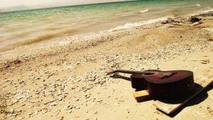 gitara-prie-juros
