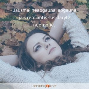 moteris tarp lapu