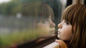 mergaite-prie-lango