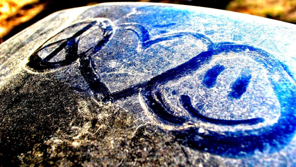 piesiniai-ant-akmens