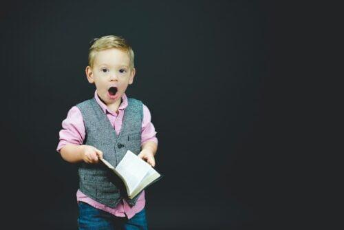 vaikas su knyga